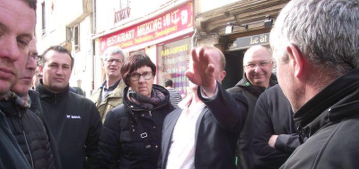 Philippe Jéhan, le président de la FDSEA 53 avec quelques-uns de ses soutiens tente d'empêcher leglob-journal de le prendre en photo