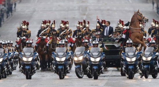 Le Président descendant l'avenue des Champs Élysées en command-car - AFP