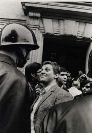 Un étudiant devenu célèbre, face à un CRS devant la Sorbonne à Paris, avant de passer en conseil de discipline - Photo Gilles Caron