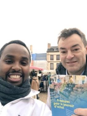Pendant une séance de distribution de tracts au marché à Laval avec le co-animateur Olivier Lohéac