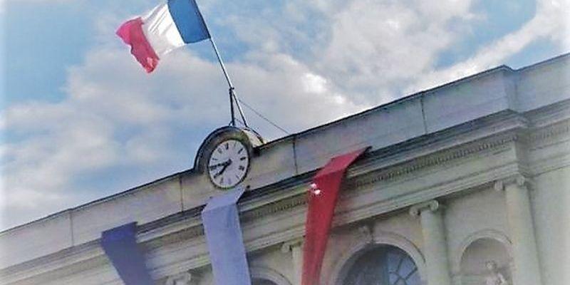 Le drapeau tricolore sur le fronton de la mairie de Laval