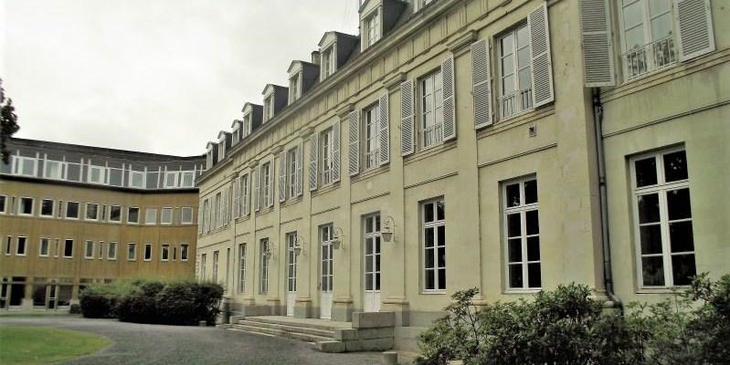 La façade de la Préfecture de la Mayenne et son parvis