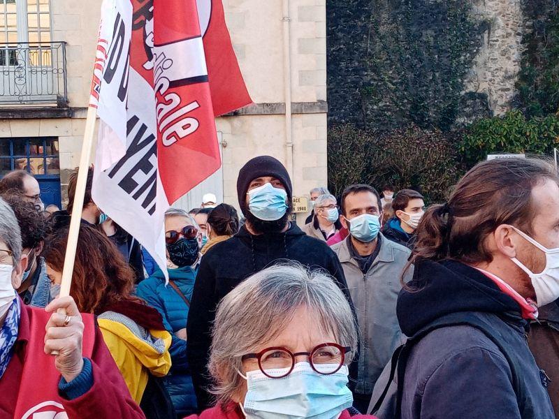 Dans la foule des manifestants des visages masqués