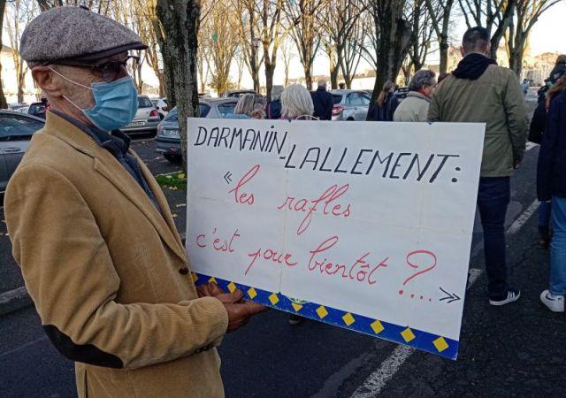 Un retraité qui interroge les responsables des violences policières