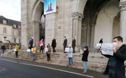 Performance manifestation sur le parvis de la basilique de Pontmain
