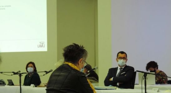 Bruno Bertier premier adjoint et le logo du conseil municipal de la ville de Laval