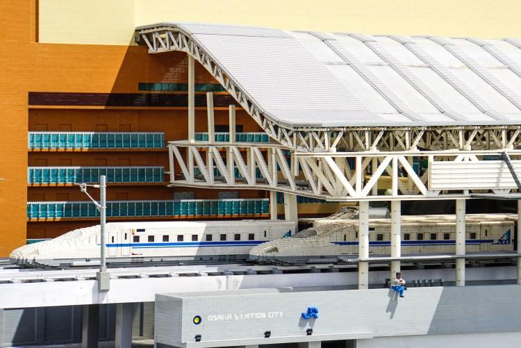 レゴランドにあるブロックで作られた大阪駅と新幹線