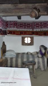 """Intérieur d'une des maisons roumaines au """"musée du village"""""""