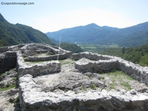Vestiges de maisons - Colline de Tonoc – Kobarid