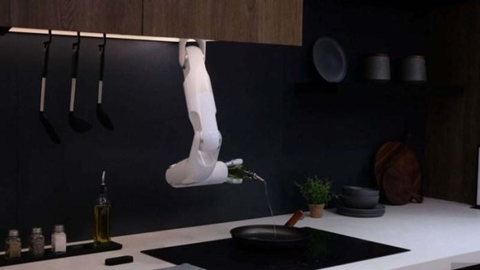 Samsung's chef robot makes salad on command