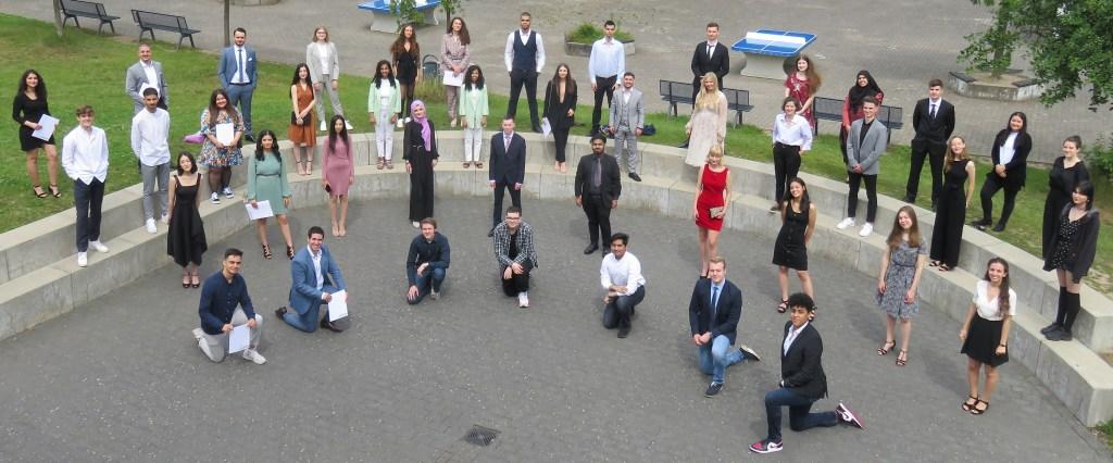 Gruppenfoto des Abi-Jahrgangs 2020 - mit Corona-bedingtem Abstand