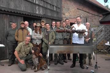 Die-Gruppe-mit-Wildschwein-am-Spiess-klein