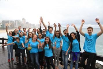 Gruppenfoto von 22 jungen Journalisten der Paralympics Zeitung 2016 am Strand in Rio de Janeiro/ Brasilien.