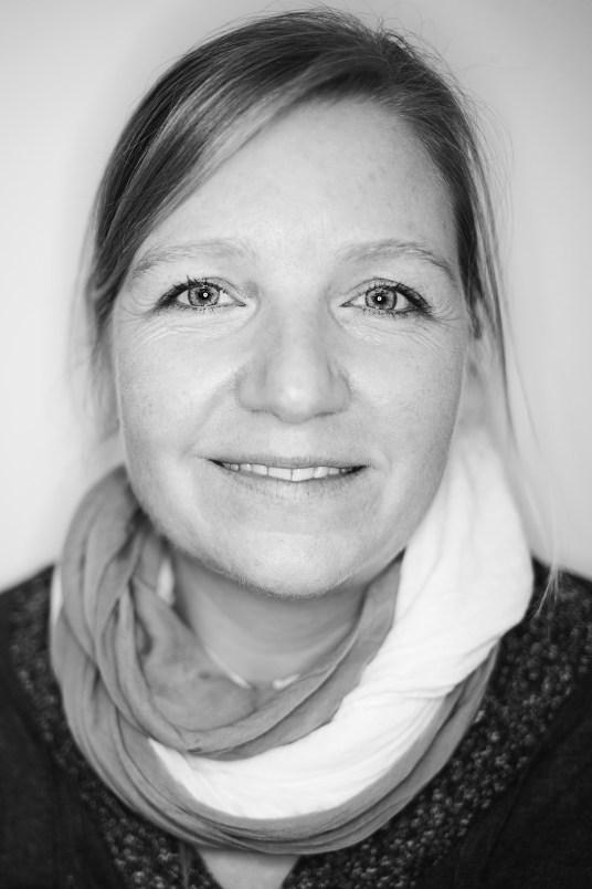 Porträtbild in schwarz weiß von Nadine Fischer