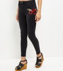 jean-skinny-noir-avec-rose-brodee-et-ourlet-effiloche