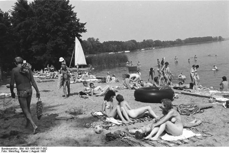 Nude beach in GDR's Cottbus district circa 1985 (Photo: Deutsche Bundesarchiv Bild 183-1985-0817-002, Cottbus, FKK Strand am Schwielochsee by Rainer Weisflog)