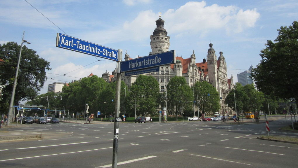 Free Walking Tour stops across from Neues Rathaus, Leipzig, for a pic. (Photo: Ana Ribeiro)