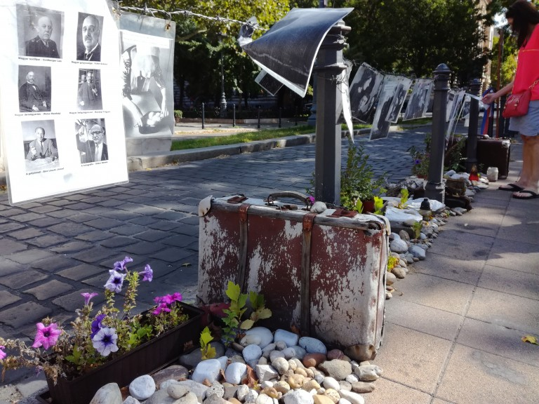 """Counter monument to """"Hungary's German Occupation of 1944."""" (Photo: Daniel Leon)"""