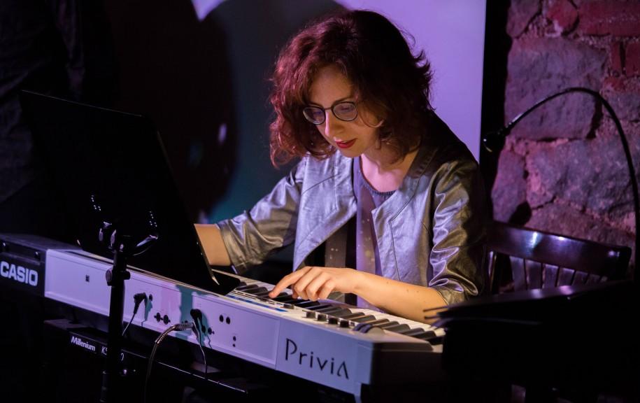 Elena on the keyboard for Opera on Tap. (Photo © Rico Molaro)