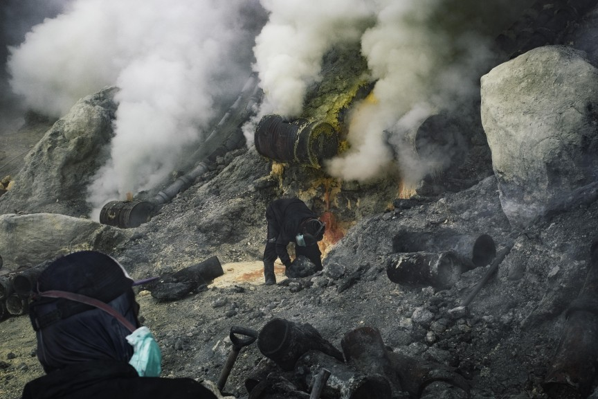 Ijen-Sulfur-Smoke-Mt-Ijen-LQ.jpg?fit=864%2C576&ssl=1