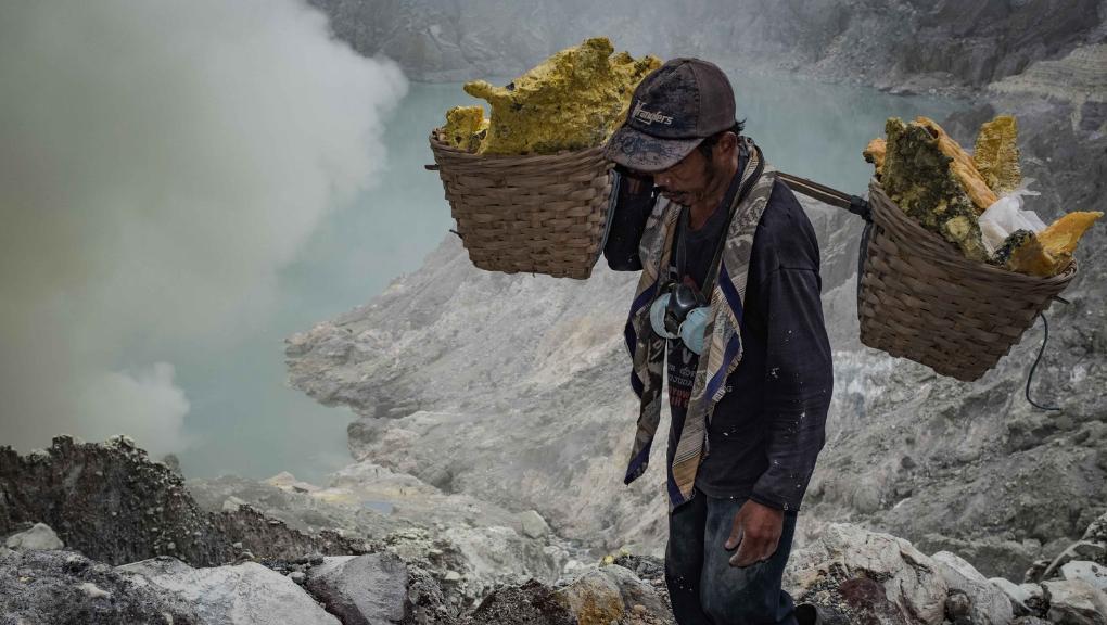 Indonesian sulfur mining. (Photo © Sebastian Jacobitz)
