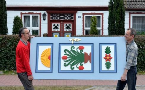 """Die farbigen Tueren aus der Kunsttischlerei und Holz-Bildhauerei von René und Dirk Roloff GbR sind nicht vor allem auf der Halbinsel Fischland Darss Zingst ueberall zu sehen. Auch ueber Mecklenburg-Vorpommern hinaus haben sie sich inzwischen einen Namen gemacht. """"Fischer- und Kapitaenshaeuser wurden frueher gern mit den besonderen Hauseingaengen versehen. Erste Tueren dieser Art sind vom Ende des 18. Jahrhunderts bekannt. Einerseits zeigten sie einen gewissen Wohlstand, aber auch die geschnitzten und farbig gestalteten Symbole hatten eine Bedeutung. Ein Ankersymbol zeigte die Verbundenheit mit der Seefahrt, ein Kreuz sollte Boeses abwehren und ein Lebensbaum stand fuer Lebensenergie. Andere Symbole, wie die Sonne und Blumen waren eher Schmuck. Die traditionsreiche Tischlerei Roloff in Prerow fertigt heute neue Tueren oder restauriert alte."""" Foto: Volkmar Heinz / volkmar@heinz-report.de"""