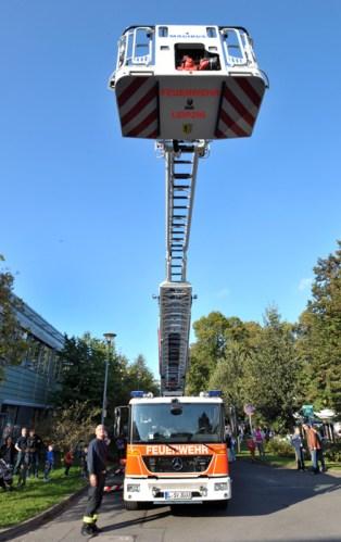 """Die Feuerwehr praesentiert sich ... Erster """"Aktionstag Erste Hilfe"""" unter dem Motto """"Hand aufs Herz"""" im Garten des Universitaetsklinikums in der Liebigstrasse. Foto: Volkmar Heinz (volkmar@heinz-report.de)"""
