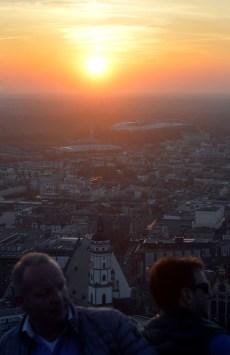 Ein sensationeller Fruehlingsabend neigt sich dem Ende entgegen. Viele Leipziger und viele Gaeste der Stadt nutzen die letzten Minuten des Tages um auf der Plattform des Cityhochhauses einem phantastischen, glutroten Sonnenuntergang zu erleben ... Foto: Volkmar Heinz / volkmar@heinz-report.de