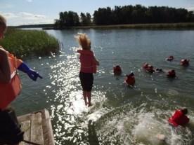 Harjoittelemme hyppäämistä veteen pelastusliivien kanssa
