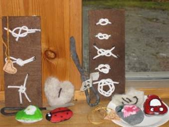 Taidenäyttelyssä koko aktiviteetin kirjo: taottuja voiveitsiå, solmutauluja, huopatöitö, kivimaalauksia, rintamerkkejä, nahkaisia leirikoulumerkkejä...