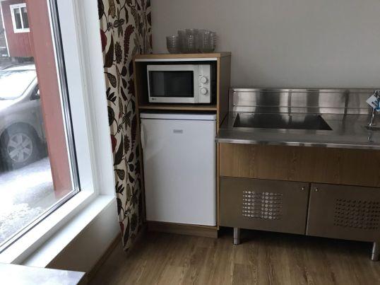 Luokalla on käytettävissä yhteinen jääkaappi ja mikroaaltouunikin.