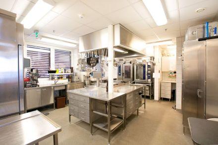 Ruokalassa on ajanmukainen keittiö jossa tarjottavat ateriat valmistetaan.