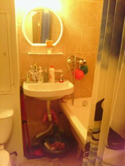 Salle de bain (pour 5 FILLES) de notre petit appartement dortoir. Ça tenait du miracle que nous maintenions les lieux propres, sans file d'attente le matin.