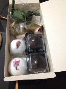 Les petites boules noires (kintoki anko dama), les petites boules blanches (joudara manju), les sakura mochi (les roulées roses), dans les feuilles vertes (namafu) que de bonnes choses que nous avons savouré avec du thé vert bien amer.