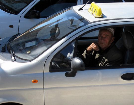 Chauffeur de taxi typique, la clope au bec