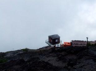 Au dessus d'une première couche de nuage, on observe la station.