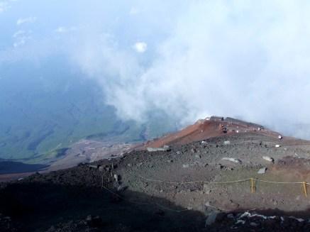 3700 mètres et des brouettes hein. Monter le Fuji qu'ils disaient. Une expérience inoubliable qu'ils disaient ...