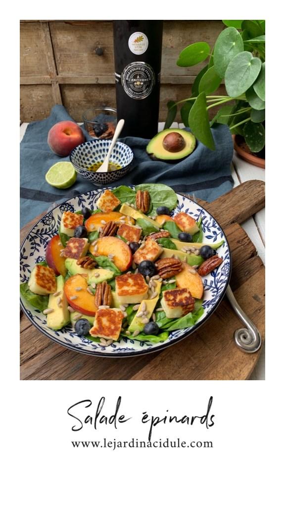 Salade épinards, avocat, pêche, halloumi