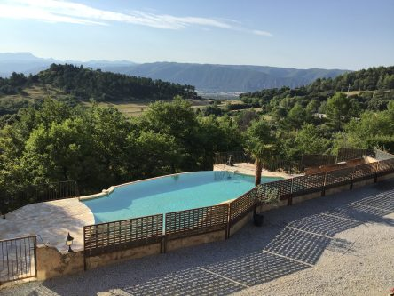 location saisonnière Le Jas de Belley 3 étoiles avec piscine extérieur entourée d'arbres et structure métallique avec portillon sécurisée à Montfort (04600) Alpes-de-Haute-Provence PACA