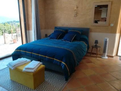 location saisonnière gîte du Soleil studio 2 personnes avec lit 160 cm décorer de coussins miroir ventilateur à Le Jas de Belley studio de plain pied Le Jas de Belley Montfort (04600) Haute-Provence. PACA.
