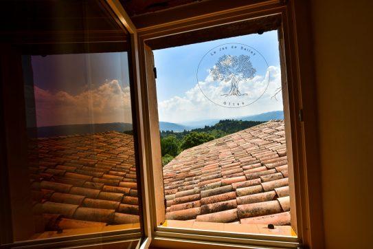 gîte de Belley 3 étoiles fenêtre de la chambre Cumin vue sur l'extérieur à le jas de Belley à Montfort 04600