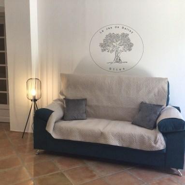 gîte de Belley (04) 3 étoiles location saisonnière (04) coin salon avec canapé confortable avec coussins et protège canapé lampadaire à le jas de Belley à Montfort 04600 alpes-de-haute-provence-04