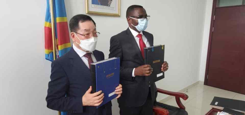 Le directeur de Hyundai et le Ministre Paluku signe un accord