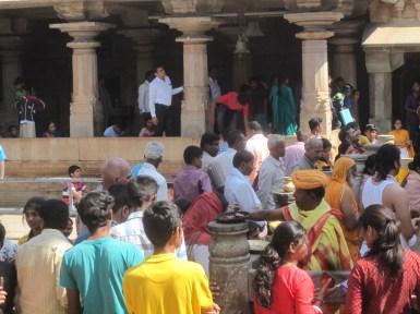 Recibiendo bendiciones en Sravanabelagola
