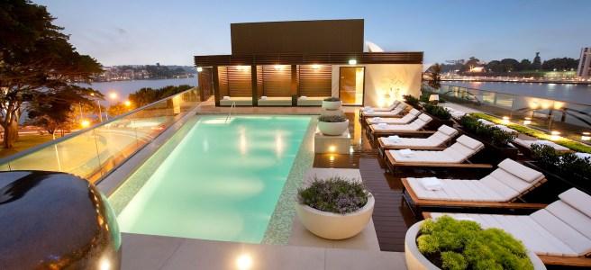 hotel de luxe et piscine le soir