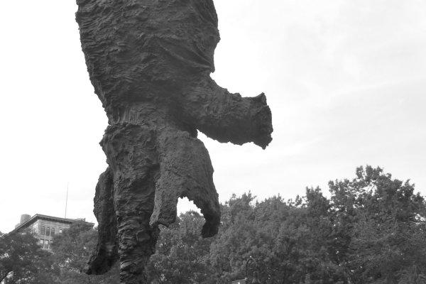 sculpture éléphant sur sa trompe