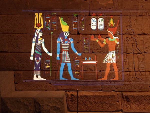 À l'origine, les personnages des temples égyptiens étaient colorés comme l'illustre le Metropolitan Museum.