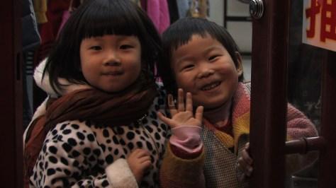 Des enfants dans les rues de Pékin
