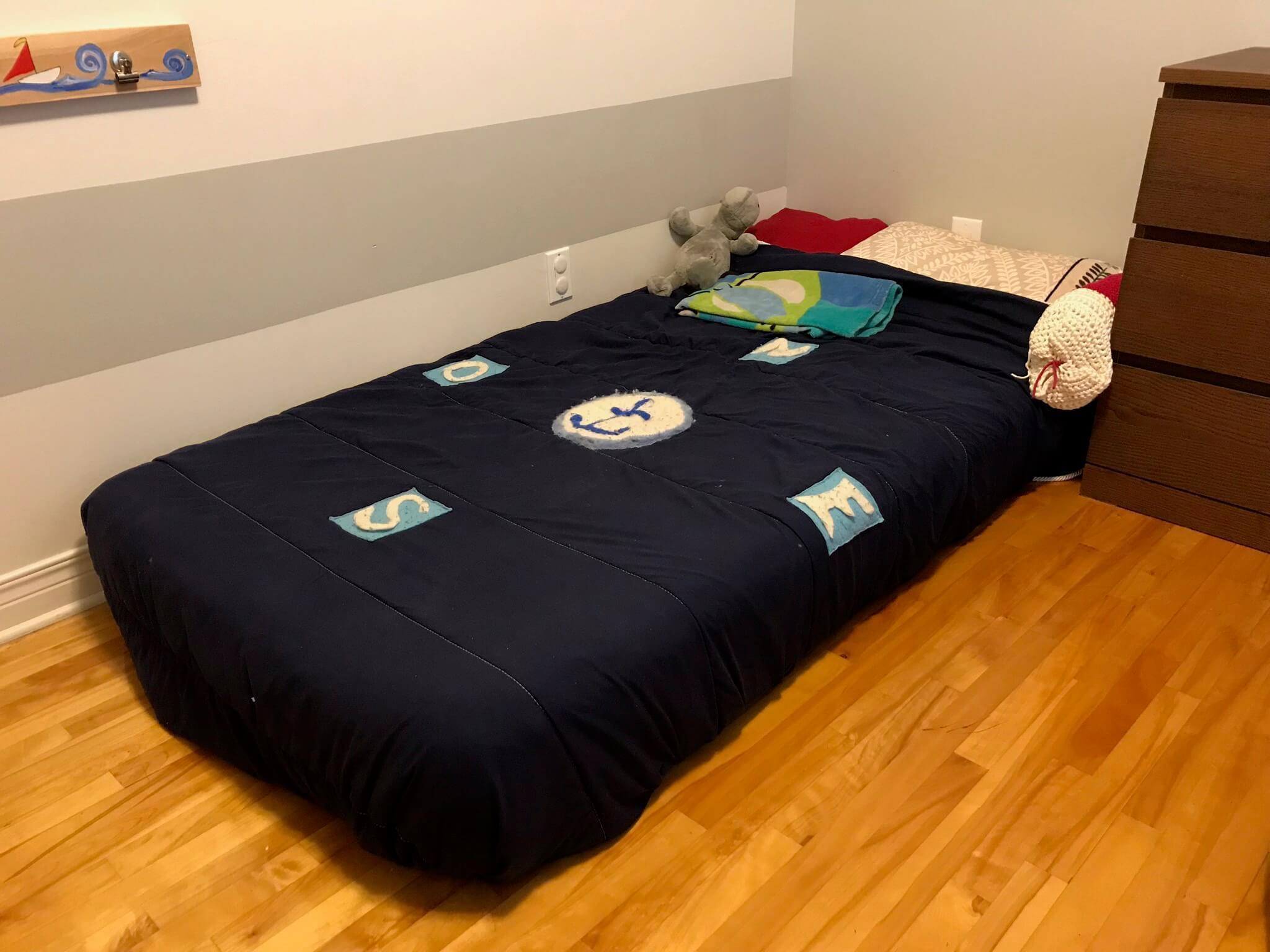Un lit Montessori permet à l'enfant d'embarquer et débarquer facilement