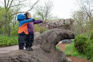 LeLoLife - Marcher avec les enfants - Monter sur des obstacles au Zoo de Toronto